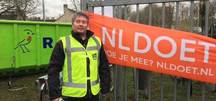 NLdoet : Wethouder Albert Coster over zijn bijdrage aan deze schoonmaakactie.